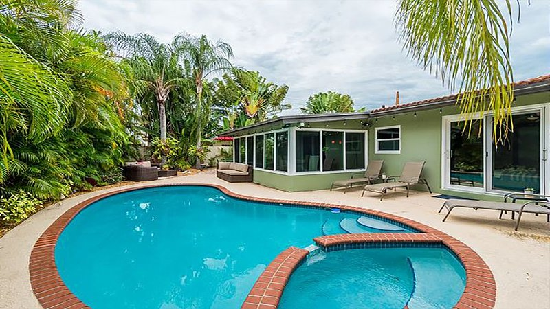 Tropical 3BR house w/ heated POOL - 10min to beach, holiday rental in Lauderdale Lakes