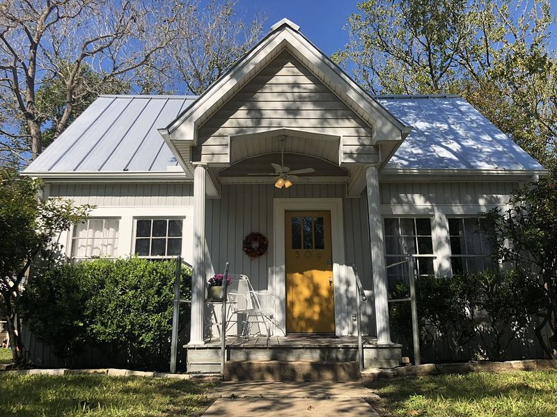 Newly Renovated Craftsmen Cottage minutes to Texas A&M, alquiler de vacaciones en Caldwell