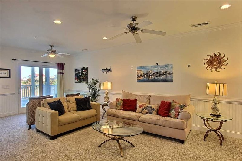 SemiSoundfront Condo in Hatteras-Elevator, Comm Pool, holiday rental in Hatteras