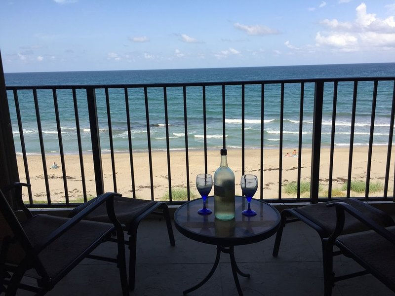Beautiful Beachfront Condo, vacation rental in Jensen Beach