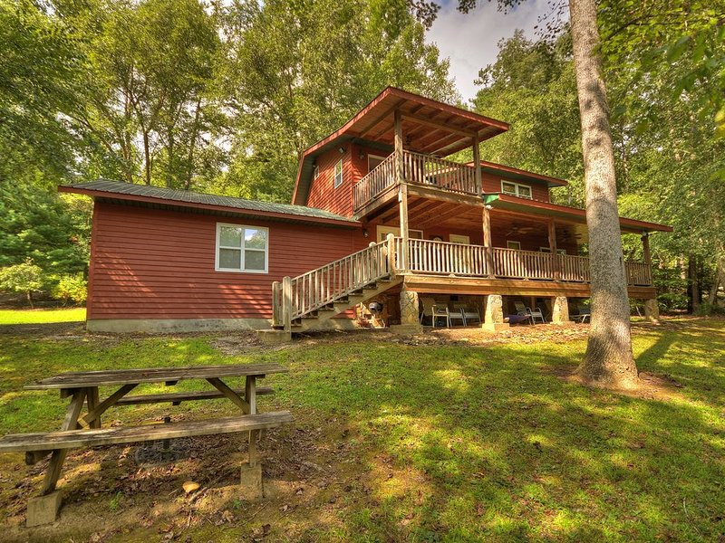 *Free Whitewater Rafting & Ziplining* Be our guest in this Toccoa River cabin re, vacation rental in Mineral Bluff