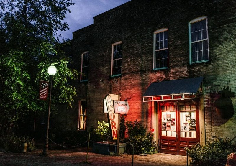 Stay at the Historic Acorn Theater in Downtown Three Oaks!, alquiler de vacaciones en New Carlisle