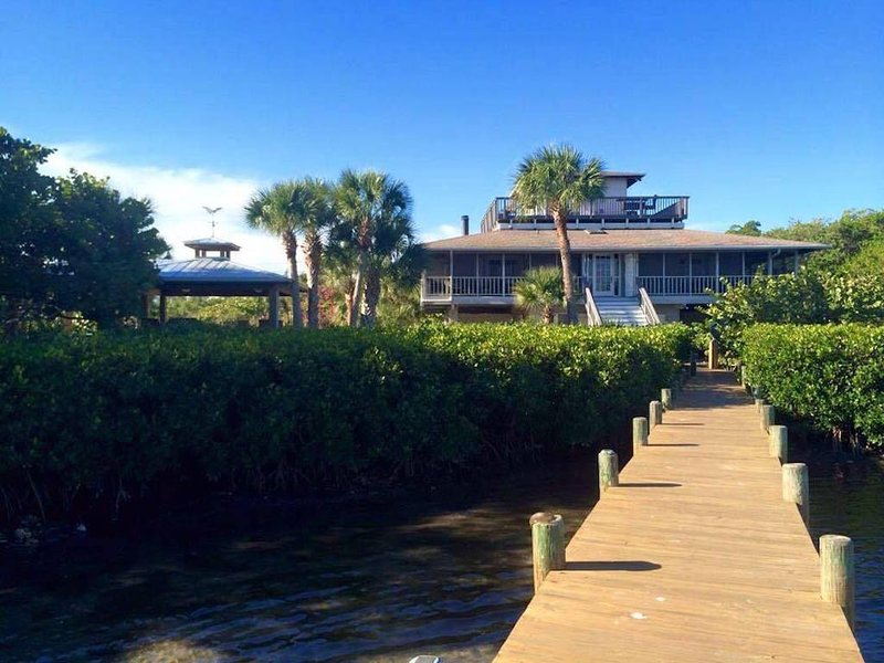 Resort-like! Bay&Beach! Dock! Kayaks! Outdoor Kitchen&Bistro! Porch&Decks!  WOW!, vacation rental in Placida