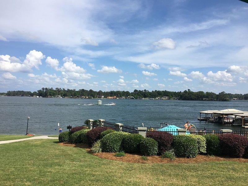 Lakefront Condo on Twin Lakes!, alquiler de vacaciones en Valdosta