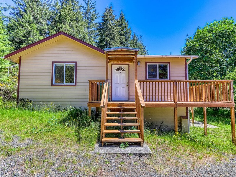 Secluded & comfortable dog-friendly home w/ a deck plus ATV/boat parking!, vacation rental in Reedsport
