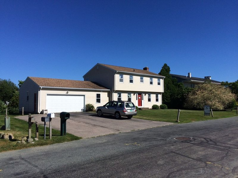 Family Friendly Beach Home! Short Walk to the Scarborough!, location de vacances à Narragansett