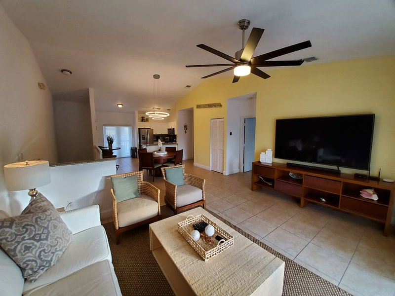 'GORGEOUS AND OPEN' 2 Bedroom / 2 Bath Villa, holiday rental in Bailey Town