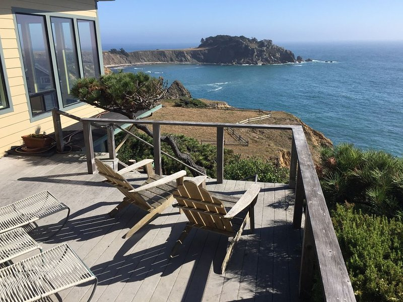 Dramatic, Romantic Oceanfront Home with 180 Degree Ocean View, location de vacances à Mendocino County