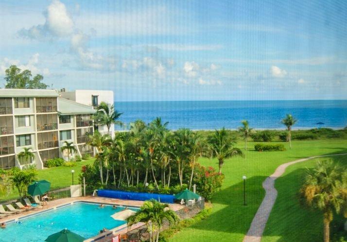 Beautiful beachview condo- internet, large pool, lanai, near amenities, holiday rental in Sanibel