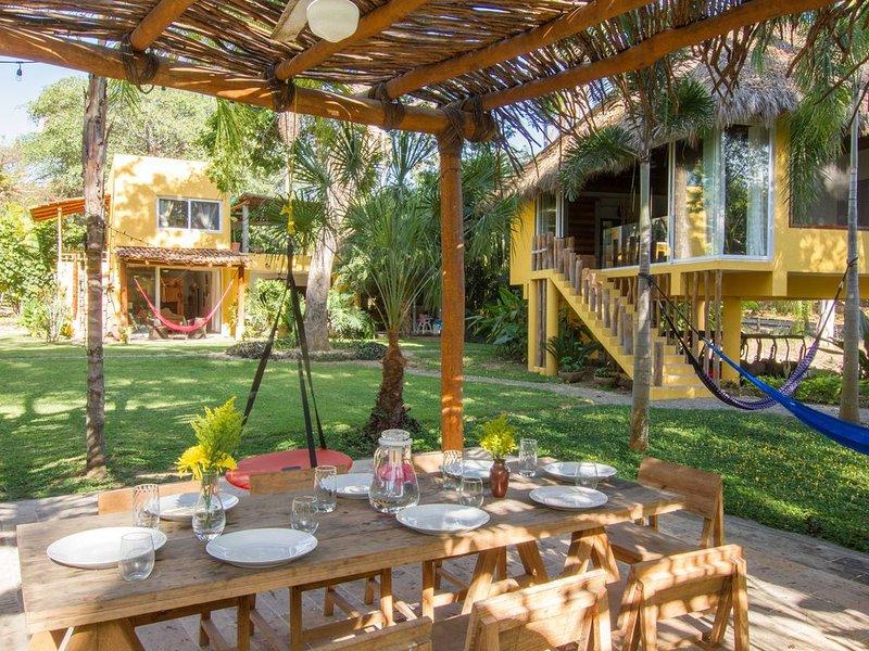 Villa Tutu with jungle and ocean views, 8,600sqf of gardens, sleep 12, aluguéis de temporada em Chacala