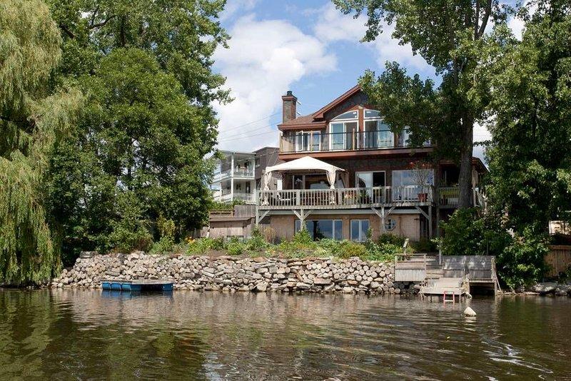 Au bord de l'eau Lakefront apartment, holiday rental in Pincourt