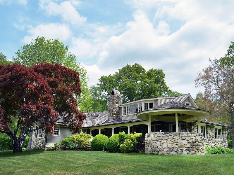 One of a Kind Cotswold Summer Retreat on 18 Secluded Acres, holiday rental in Chappaqua