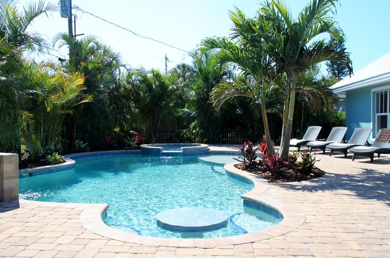 4 bed 3 bath bungalow/ranch style  heated pool & spa outdoor bar & t.v free WIFI, vacation rental in Holmes Beach