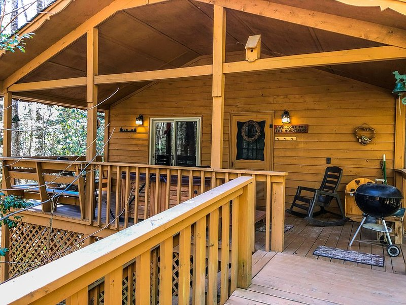 Cozy Cabin on small creek with hot tub and firepit. Close to Helen., aluguéis de temporada em Sautee Nacoochee
