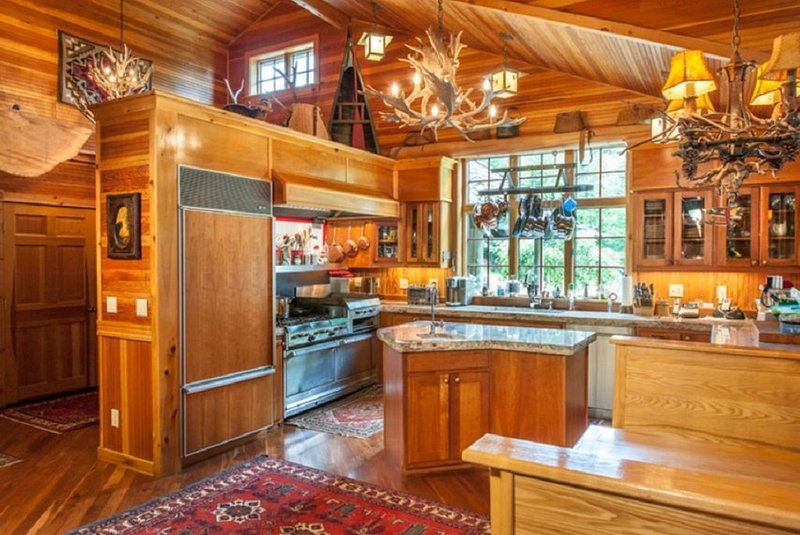 Adirondack Great Camp style home on beautiful Blue Mountain Lake, location de vacances à Sabael