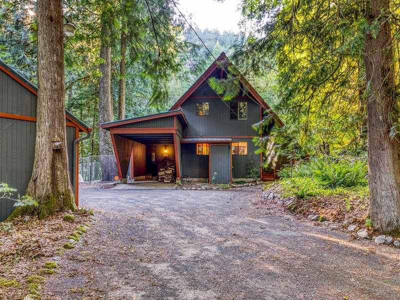 NEW LISTING! Creekside home w/ private hot tub, deck & great woodland views!, location de vacances à Rhododendron