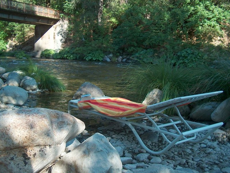 Cabin on Upper Sacramento River - River Access and Beach, vacation rental in McCloud