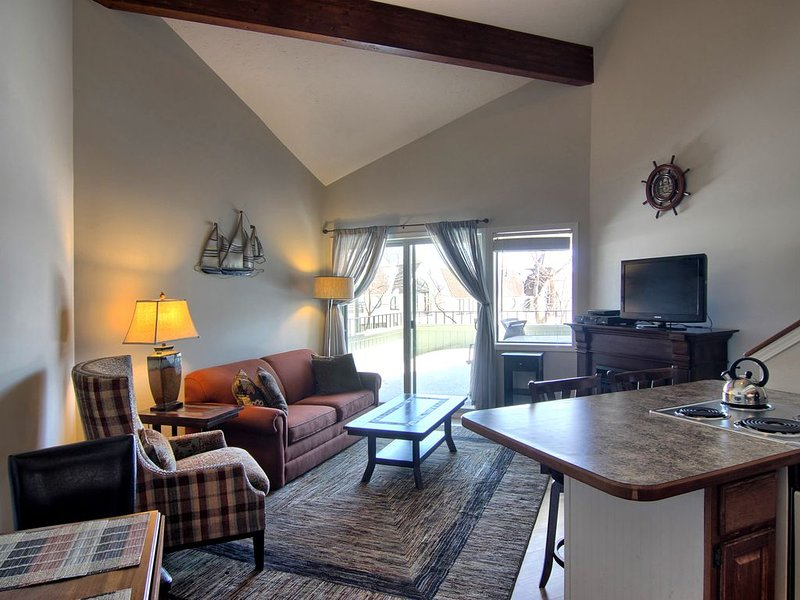 PNI207- Round Lake View & 1 Block to Town in downtown Charlevoix!, casa vacanza a Charlevoix