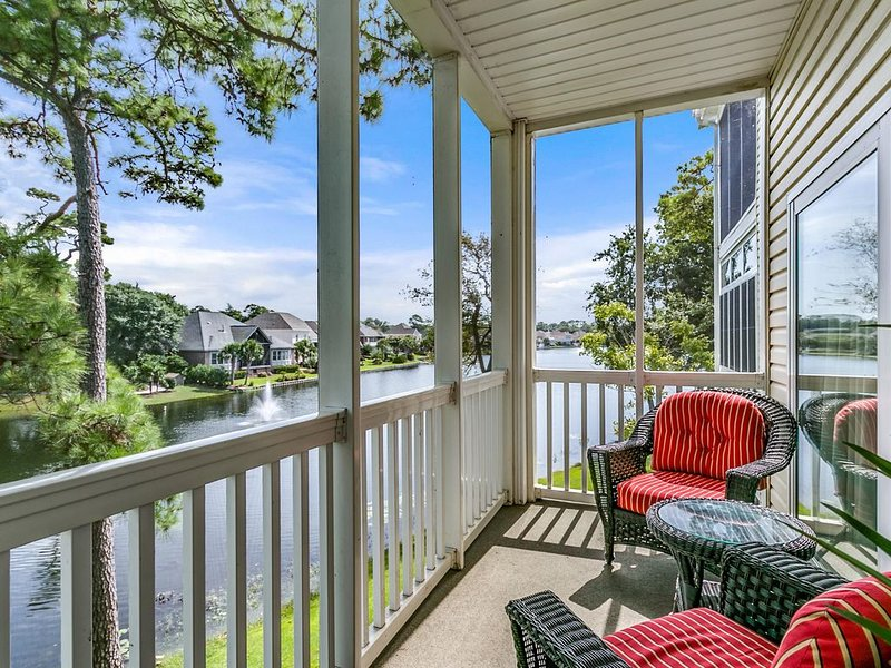 'Tropical Oasis' - Elevators - Lake Side - Balcony - Walk to Beach & Main Street, holiday rental in North Myrtle Beach