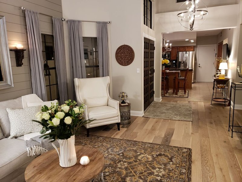 Beautiful Centrally located Tempe Townhome & Hotel Amenities!, holiday rental in Tempe