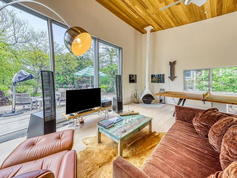 New listing! Designer home one minute from beach w/bike use and full kitchen!, aluguéis de temporada em Cherry Grove