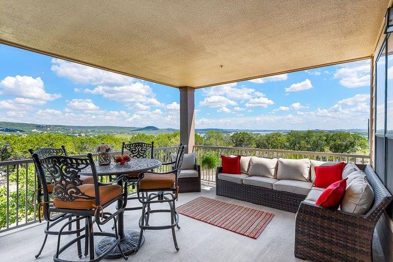 Beautiful Villa with Panaromic Lake & Hill Country Views, Hollows Resort, 4 Pool, alquiler vacacional en Jonestown