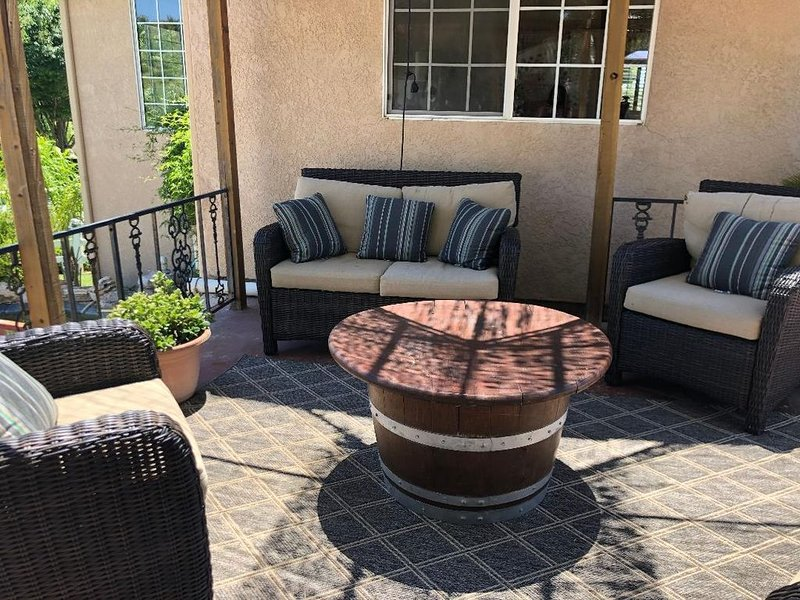 Large, Beautiful & Clean Home with Pool near Downtown, Beds for 7 + Plus Nursery, holiday rental in Paso Robles