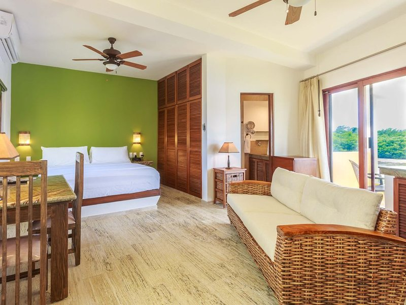 Clean and new, upscale studio at a tropical oasis. Close to beach and town!, holiday rental in Playa Mujeres
