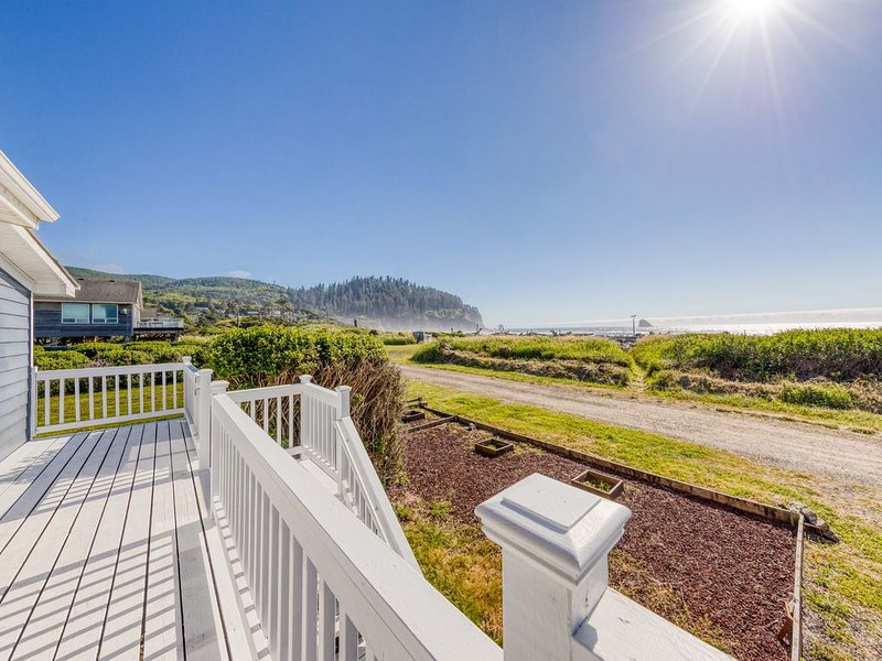 New listing! Waterfront, dog-friendly house w/ gorgeous sunsets & ocean views!, holiday rental in Cape Meares