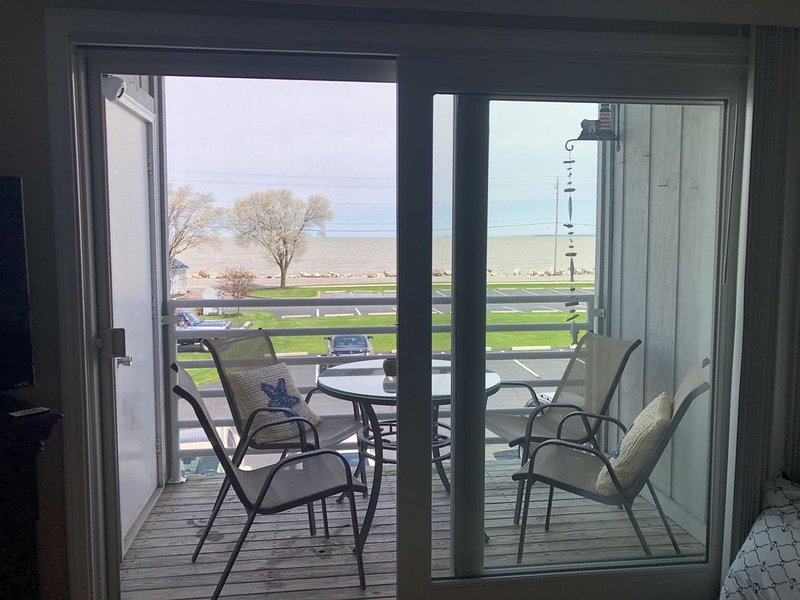 Lake Front Relaxation - great location!, aluguéis de temporada em Lacarne