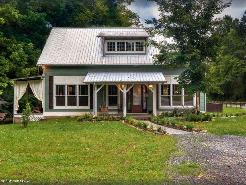 Historic Creekside Cottage 1859 Leiper Fork and Franklin TN! No other like it!, vacation rental in Fairview