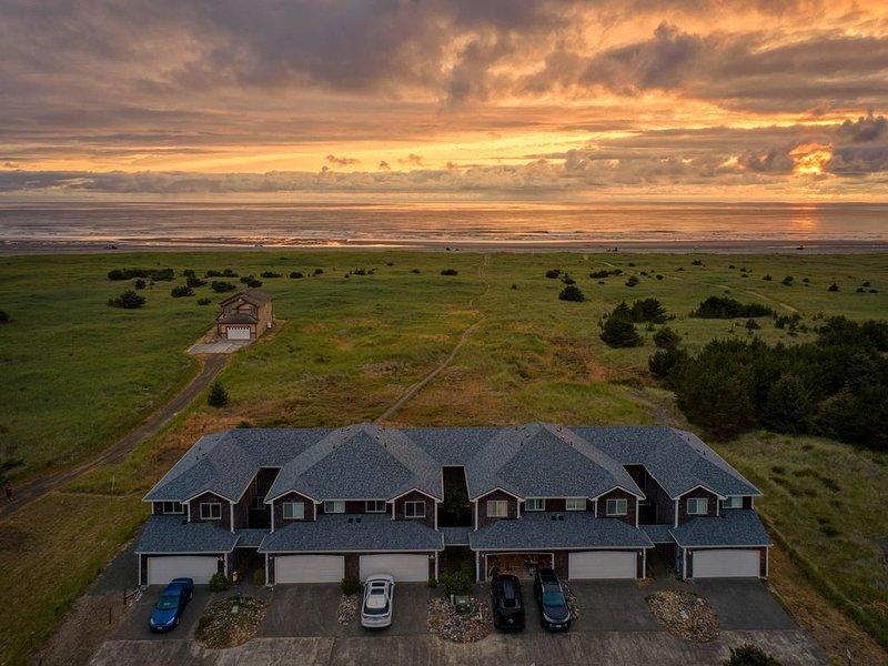 Ocean front getaway with coastal farmhouse design, aluguéis de temporada em Long Beach