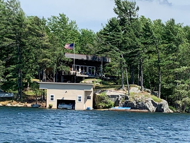 St. Lawrence River Cottage with 107 ft of river frontage and a boathouse, alquiler de vacaciones en Brockville