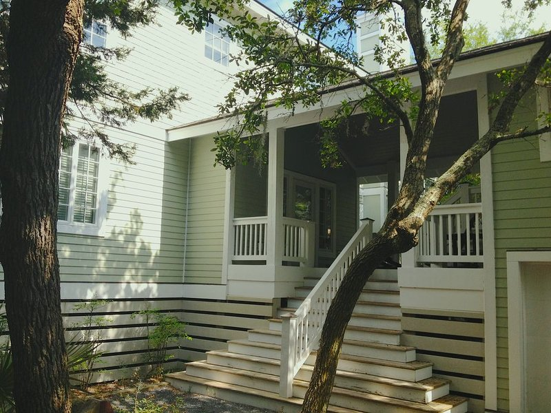 Beautiful Contemporary Bald Head Island Home - family oriented open floor plan, holiday rental in Southport