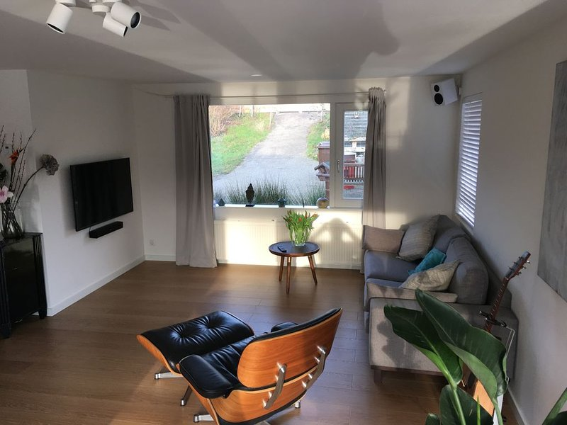 Modern houseboat with big garden close to city centre, holiday rental in Zaandam
