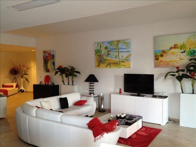 """De l'art Minguet orne les murs et un grand téléviseur 42 """"pour les soirées de farniente"""