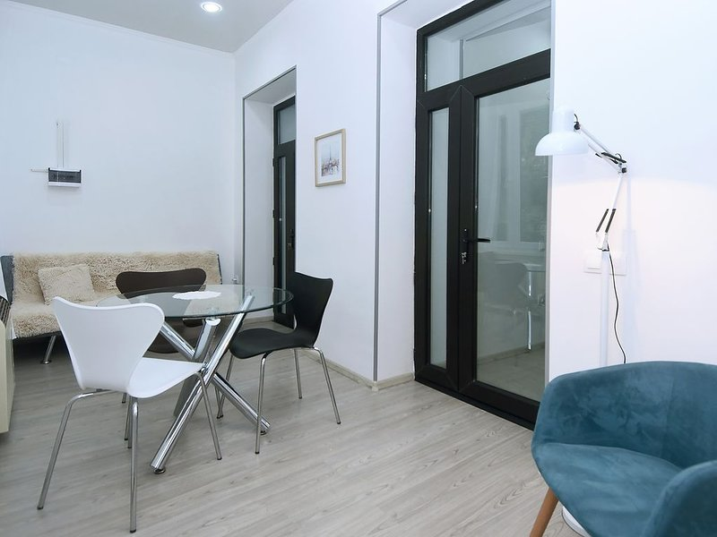 Fully equipped, newly renovated bright apartment in the heart of Tbilisi, vacation rental in Georgia