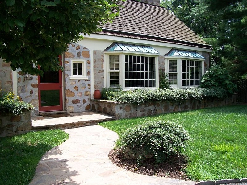 CHARMING HOME CLOSE TO EVERYTHING, casa vacanza a Kennett Square