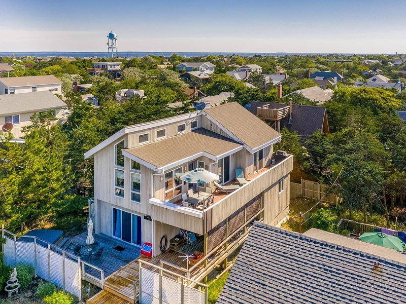 Stunning home w/ partial ocean views, spacious deck & outdoor shower- free wifi, holiday rental in Fire Island Pines