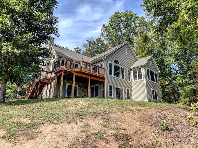 Lakefront home w/swimming area, Ping-Pong, firepit & kitchen, holiday rental in Mineral