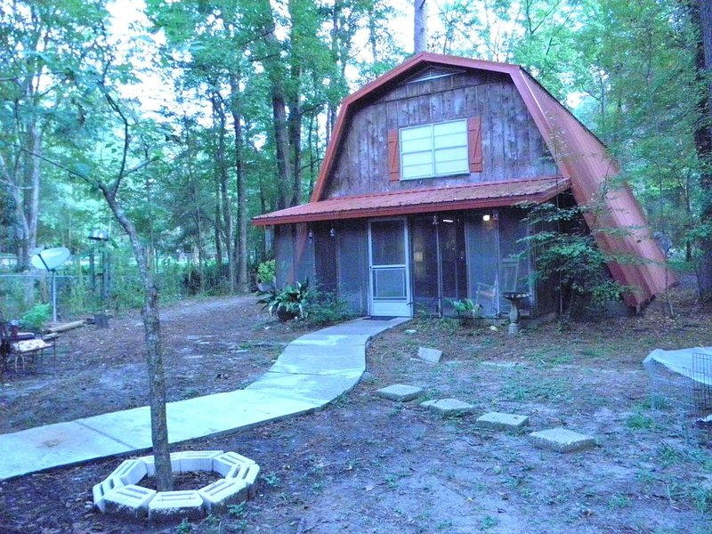 A lovely, relaxing retreat after a great day of hunting, fishing or just playing, holiday rental in Milam