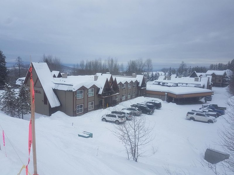 SKI-IN SKI-OUT CONDO IN KIMBERLEY, SLEEPS 7, 30 SECONDS TO TRICKLE CREEK GOLF!, holiday rental in Kimberley