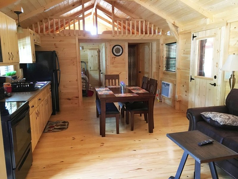 2BR/1BA Amish Built Cabin Located on Pond at Rippling Waters Campground, Ferienwohnung in Charleston