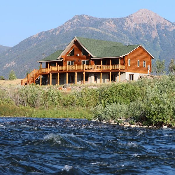 PREMIER RIVER FRONT LOG HOME - close to Yellowstone NP *The Caddis Shack*, holiday rental in West Yellowstone