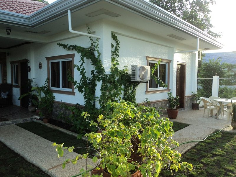 Cozy studio apartment with pool, located at Libaong near beach, vacation rental in Panglao