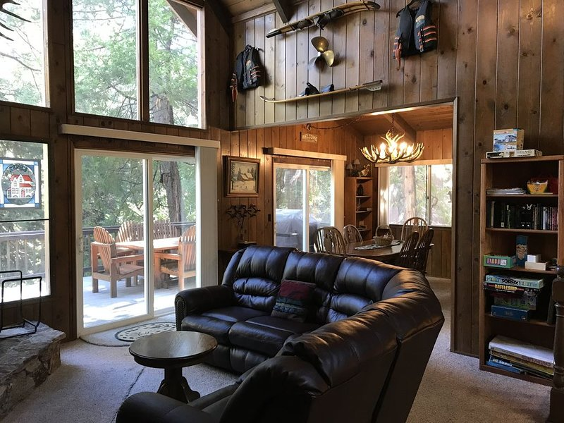 Walk to the Lake and Village from this Cozy Cabin/ Lake & Trail Passes!, vacation rental in Lake Arrowhead