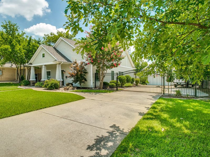 Short walk to Main Street!, holiday rental in Coppell