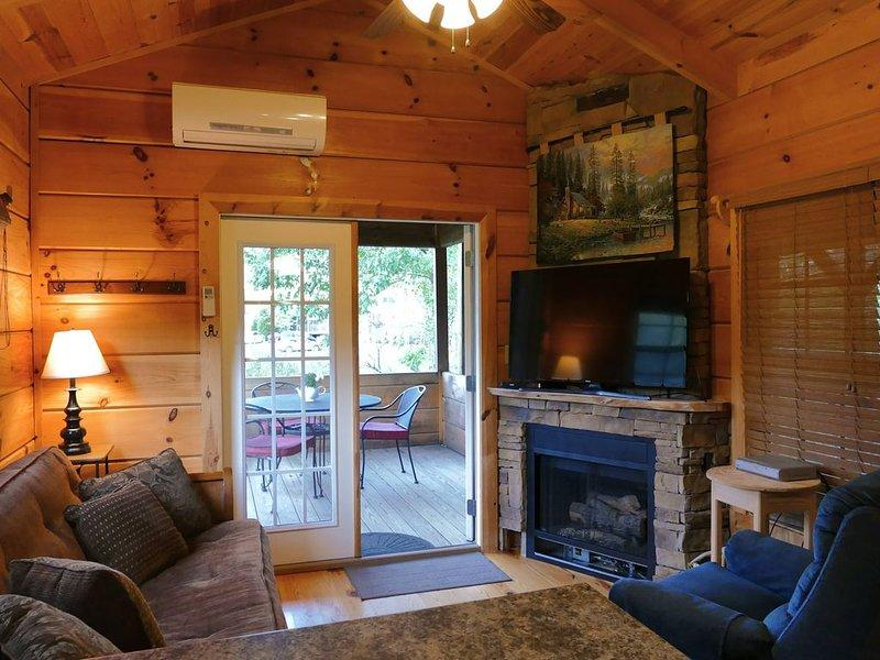 Riverfront Log Cabin w/Huge Deck, Fireplace, Hot Tub, W/D, D/W & More! (1-6 ppl), alquiler vacacional en Newland