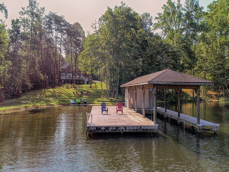 Lakefront home w/ boat dock, private firepit, and game room - dog friendly!, alquiler vacacional en Bumpass