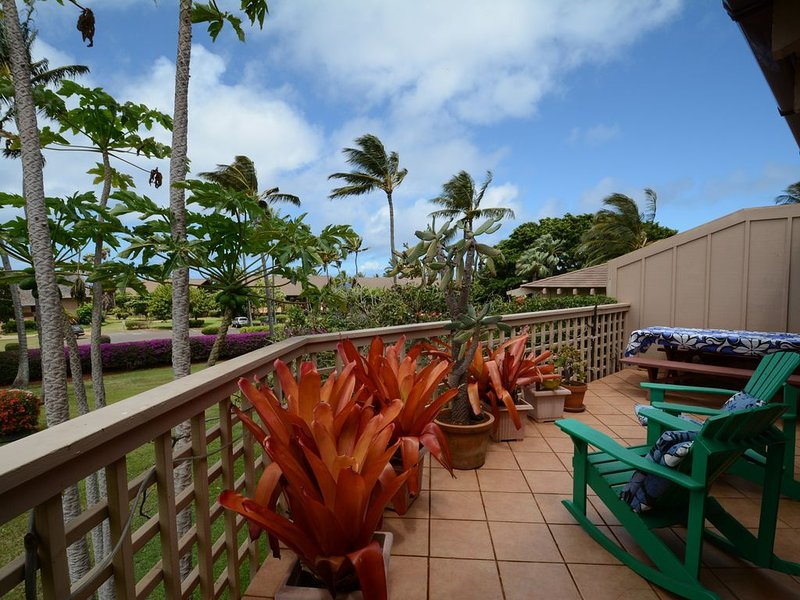 Spacious, upstairs apartment with very large deck, walking distance to beach, alquiler de vacaciones en Maunaloa